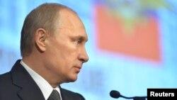 Presiden Rusia Vladimir Putin memberikan pernyataan di Moskow, Rabu (4/3).