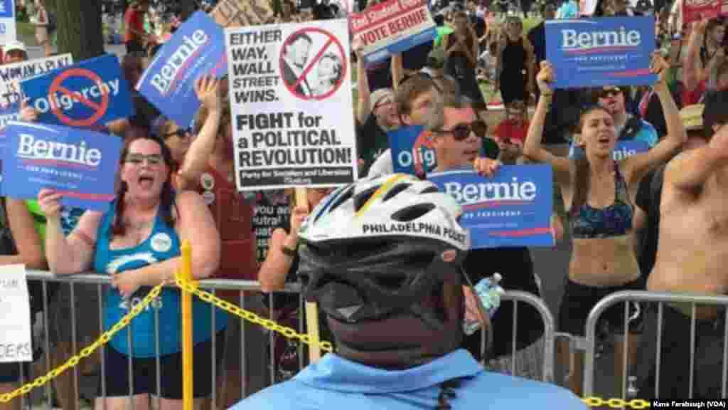 La police bloque les partisans de Bernie Sanders devant le bâtiment où a lieu la convention démocrate à Philadelphie, le 26 juillet 2016.