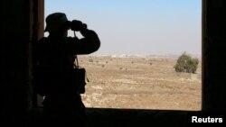 Seorang tentara pemberontak menggunakan teropong di pinggiran Quneitra, Suriah, Sabtu (10/9). Perjanjian gencatan senjata di Suriah dijadwalkan mulai berlaku Senin malam (12/9), bertepatan dengan hari raya Idul Adha.