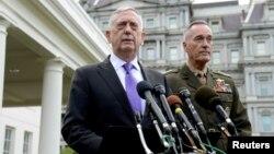 북한이 6차 핵실험을 강행한 지난 3일 짐 매티스 미국 국방장관(왼쪽)이 기자회견을 하고 있다. 오른쪽은 조셉 던포드 미국 합참의장.