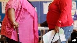 Deux femmes discutent à New York le 26 juin 2012.