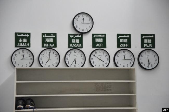 Jam yang menunjukkan jadwal sholat harian bagi muslim di sebuah masjid di Taipei, Taiwan, 19 Januari 2018. (AFP)