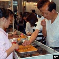 很多台商食品参展商都设有现场试吃