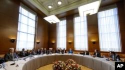 Para anggota delegasi Iran dan negara-negara kuat bersiap meneruskan dialog di Jenewa (15/10).