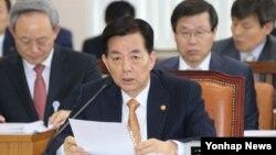 한국의 한민구 국방장관이 28일 국회에서 열린 국방위원회에서 의원들의 질의에 답변하고 있다.