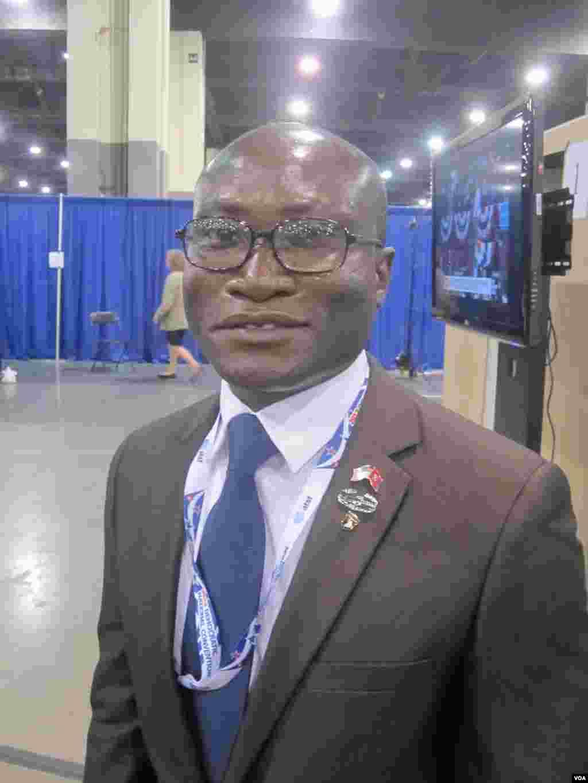Credo Amouzouviv, Américain d'origine togolaise, candidat à la Chambre des représentants des Etats-Unis pour le 7e district du Tennessee, parmi les délégués à Charlotte - N-PINAULT-VOA