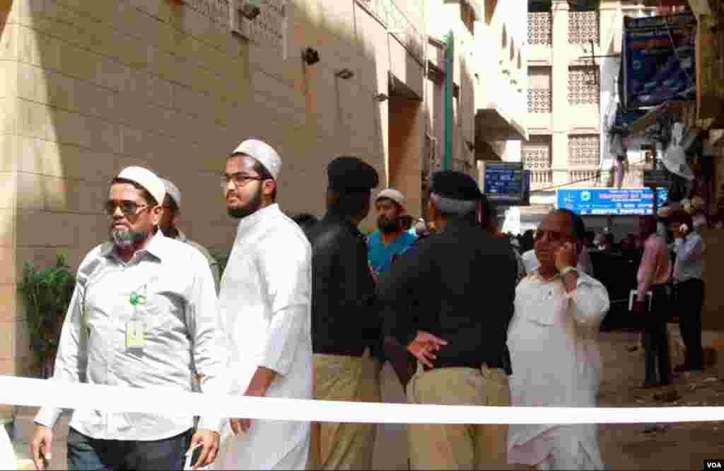 برہانی مسجد کا مرکزی دروازہ اسی تنگ گلی میں واقع ہے جہاں دھماکہ ہوا