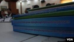 Tài liệu về biên giới giữa Việt Nam và Campuchia. (Ảnh VOA Khmer)