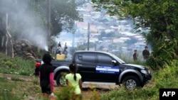 Un camión del gobierno hondureño durante una operación de fumigación para combatir los mosquitos Aedes aegypti, vector de la fiebre del dengue, en el barrio Nueva Capital en Tegucigalpa, el 27 de julio de 2019. AFP/Orlando Sierra.