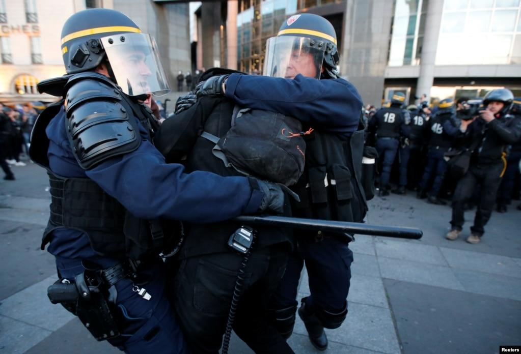 4月23日,投票的部分結果出來後,有人示威抗議,同警察衝突,警察制服示威者
