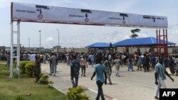 Sur la route principale menant aux nouveaux postes-frontières communs Nigéria-Bénin le jour de l'inauguration à Seme-Krake dans le district de Badagry à Lagos, capitale commerciale du Nigéria, le 23 octobre 2018.