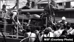 Scène de traumatisme alors que des migrants sont secourus par MSF près de la côte libyenne, 26 aout 2015. (Photo MSF)