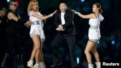 지난 9월 인천아시안게임 개막식에서 한국 가수 싸이가 히트곡 '강남스타일' 춤을 추고 있다.