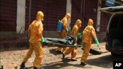 Petugas kesehatan membawa seorang korban tewas akibat ebola (foto: dok).