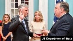 رابرت اوبراین پیش از این نماینده ویژه امور گروگانها در وزارت خارجه آمریکا بود