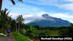 Gunung Merapi difoto dari kawasan Pakem, Yogyakarta. (Foto: VOA/Nurhadi Sucahyo)