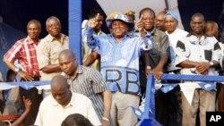 Presidente cessante da Zambia, Rupiah Banda fazendo sinais de optimismo aos apoiantes pouco depois de um comício eleitoral em Lusaka, a 17 de Setembro