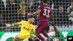 Gabriel Jesus venant de marquer un but lors du match de Premier League entre Tottenham Hotspur et Manchester City, au stade de Wembley, à Londres, le 14 avril 2018.