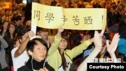 香港市民為學聯代表打氣(蘋果日報圖片)