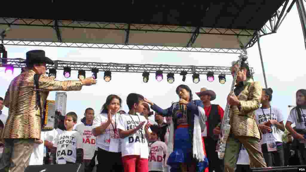 """Los Tigres del Norte compartieron el escenario con la cantante Lila Downs durante el evento """"Camino Americano: Marcha por la reforma migratoria"""" realizado en la Alameda Nacional de Washington, el martes 8 de octubre de 2013."""