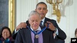 Барак Обама вручає Бредлі Президентську медаль свободи