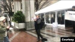 """""""中国民主与人权联盟""""组织全球联动、呼吁抵制中共渗透集会的西雅图现场。图为一名美国朋友加入抗议,呼喊""""西雅图醒过来!""""(图片由中国民主与人权联盟提供,2021年1月24日)"""
