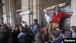 11일 이집트 타흐리르 광장의 정부 청사 주변에 모여든 시위대.