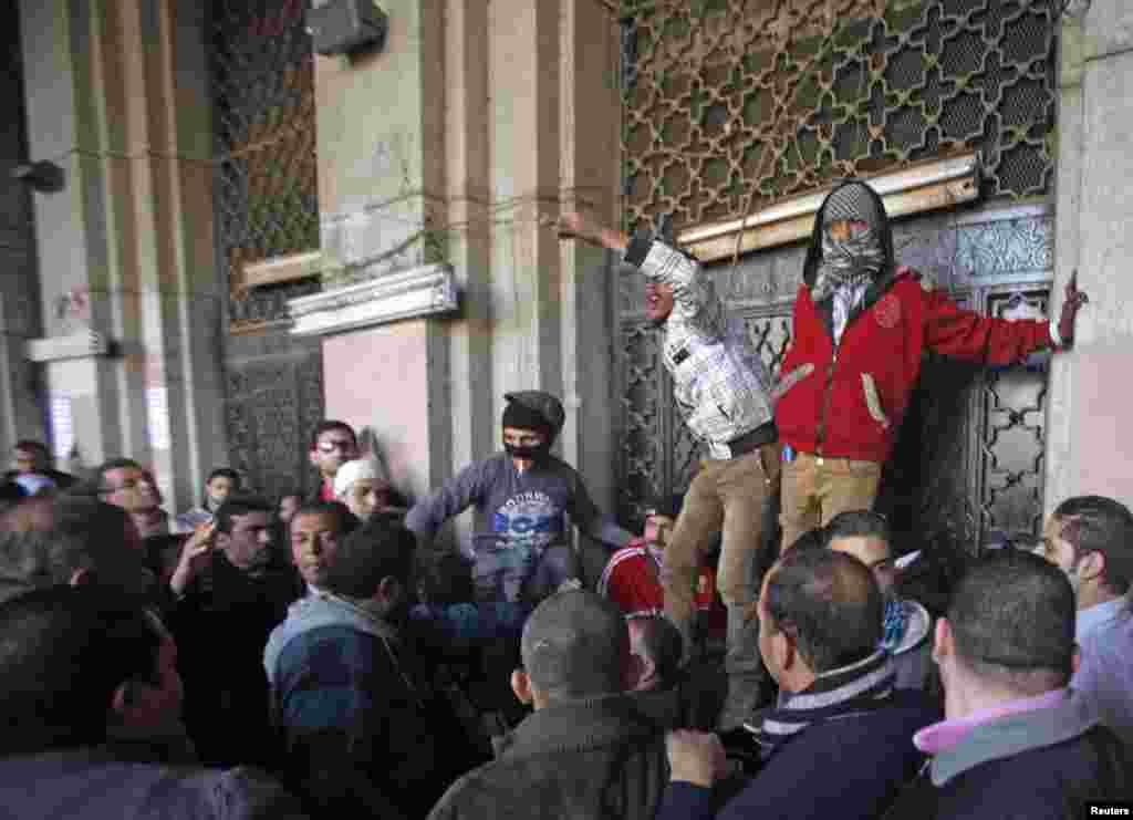Protesters block the gate of a government building near Tahrir Square in Cairo, December 11, 2012.