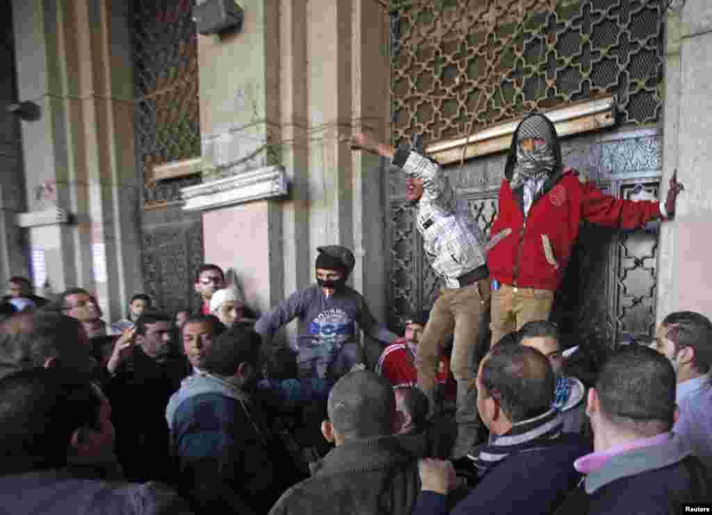 2012年12月11日,抗议者拦住开罗解放广场附近一座政府楼的入口。