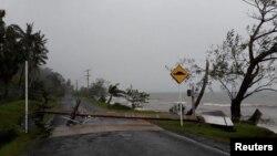 Tiang listrik di Jalan Lesiaceva, Savusavu, Fiji, roboh akibat hantaman Topan Yasa, 18 Desember 2020. (Foto: Otoritas Jalan Raya Fiji via REUTERS).
