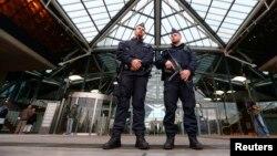 Polisi Belgia menjaga gedung pengadilan saat pengadilan 46 tersangka anggota Sharia4Belgium di Antwerpen, Senin (29/90.