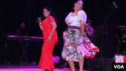 La cantante Eva Ayllón compartió el escenario con miembros de su familia que la acompañan en sus espectáculos como parte del marco musical.