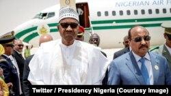 Le président de la Mauritanie, Mohammed Ould Abdel Aziz, à droite, accueille son homologue nigérian Muhammadu Buhari en prélude à la 31ème session du Sommet, à Nouakchott, Mauritanie, 1er juillet 2018. (Twitter/Presidency Nigeria)