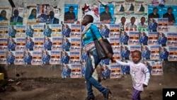 Des posters affiché sur un mur dans le bidonville de Mathare, Nairobi.