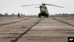 位於羅馬尼亞南部德韋塞盧的軍事基地,一名官員從直升機步出。