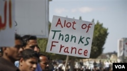 """Warga Libya di kota Ajdabiya membawa tulisan """"Terimakasih banyak Perancis"""" (21/3)."""