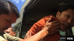 FILE - Prison authority push Ny Sokha, Adhoc's head of monitoring, into a car after the appeals court had announced its verdict on September 02, 2016. (Kann Veichika/VOA Khmer)