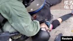 一名18岁香港反送中抗议者被警察发射的子弹打中倒在地上。(2019年10月1日)