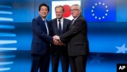 Predsjednik Evropske komisije, Jean-Claude Juncker (desno), predsjednik Evropskog savjeta Donald Tusk (centar) i premijer Japana, Shinzo Abe, pozdravljaju se prije sastanka u zgradi Evropa u Briselu, 21. marta 2017.