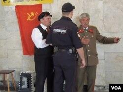 莫斯科街头有人装扮成列宁和斯大林同包括中国人在内的游客合影,有时也会受到警察盘查。
