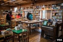 台湾桃园乡间的晴耕雨读书店。(美国之音记者方正拍摄)