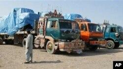 前往阿富汗的北约车队在巴基斯坦关闭供应通道后滞停靠在边界