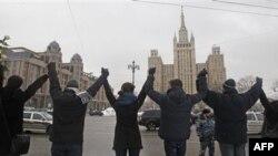Hàng ngàn người Nga nắm tay nhau đứng dọc theo đại lộ Garden Ring trong cuộc biểu tình đối lập ở Moscow, Nga, Chủ Nhật, 26/2/2012