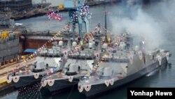 24일 한국 부산 영도구 한진중공업 영도조선소에서 해군의 유도탄 고속함인 '박동진함(사진 왼쪽부터)·김창학함·한문식함'이 진수되고 있다.