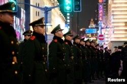2018年12月31日新年前夕,武警以密集队形在上海外滩维持秩序,防止践踏事件。