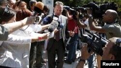 Phóng viên báo chí vây quanh Bộ trưởng Tài chính Hy Lạp Yannis Stournaras khi ông văn phòng Thủ tướng ở Athens