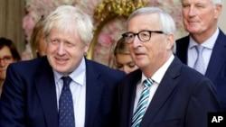 보리스 존슨 영국 총리(왼쪽)와 장클로드 융커 유럽연합 집행위원장이 지난달 룩셈부르크에서 실무오찬에 앞서 악수하고 있다.