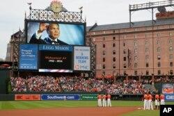 Para anggota tim bisbol Baltimore Orioles mengheningkan cipta untuk Muhammad Ali sebelum pertandingan melawan New York Yankees di Baltimore, 4 Juni 2016.
