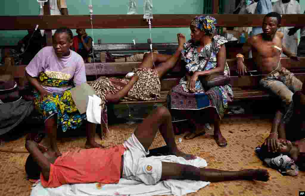 Civilians wait for further treatment at Bangui's hospital, Bangui, Central African Republic, Dec. 5, 2013.