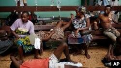 Des victimes civiles attendent d'être soignées à l'hôpital de Bangui, le 5 déc. 2013